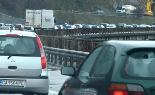 Колона от автомобили с дължина около 6 км се е