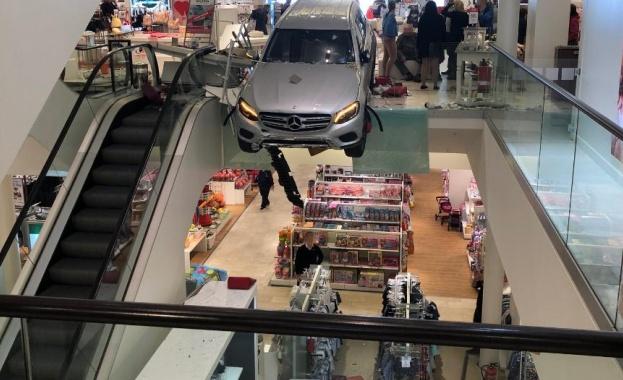 """Автомобил """"Мерцедес"""" навлезе с висока скорост в търговски център в"""