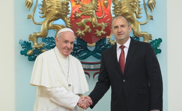 """Папата поздрави с """"Христос възкресе"""" на български"""