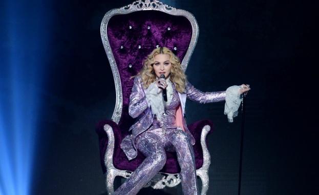 Мадона рекламира новия си албум с голи гърди
