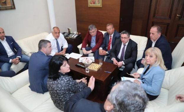 Започна срещата на премиера Бойко Борисов с представители на превозваческия