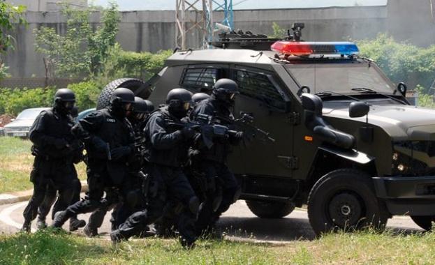Тежковъоръжени барети и полицаи са блокирали село Очуша, община Костенец,