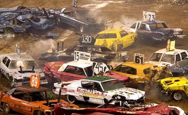 Луда надпревара е зрелищно шоу със собствени ръчно направени автомобили,