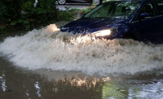 Наводнени къщи след порой в Доспатско