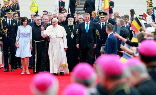 Папа Франциск получи в Румъния яйца от Буковина