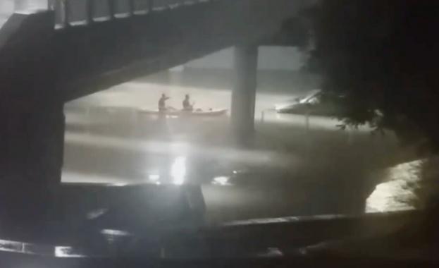 Двама пловдивчани преплуваха с кану чисто новия подлез на централната