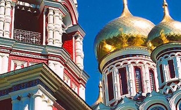 Парчета тухли падат от кулата на камбанарията на Шипченския манастир.