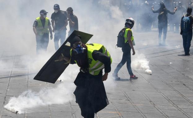Френската полиция е използвала сълзотворен газ и водни оръдия, за