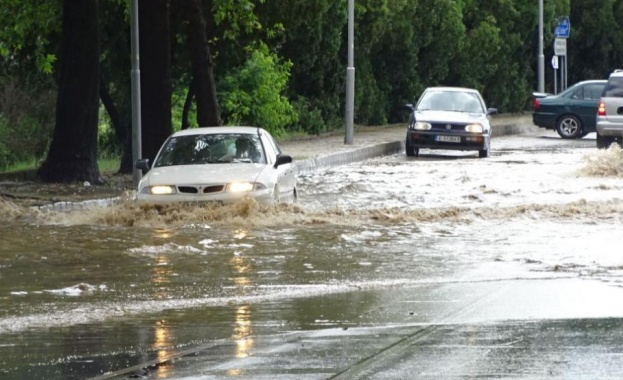 Пороен дъжд, придружен от силен вятър нанесе щети в Благоевград.