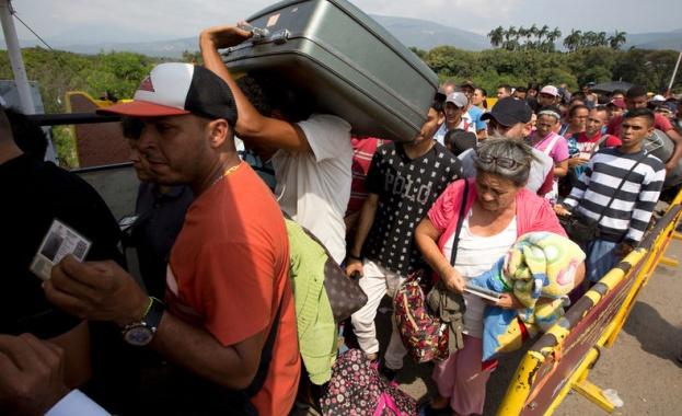 Хиляди венецуелци се опитват да напуснат страната, за да достигнат