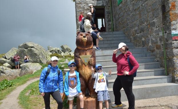 Двуметрова дървена мечка подари на заслон Черни връх застрахователна компания.