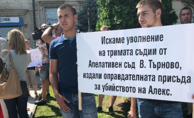 Близки, приятели и роднини на 18-годишния Алекс Ангелов, който загина