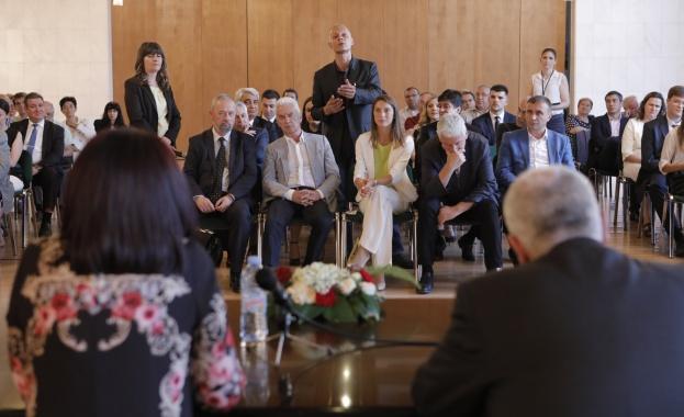Председателят на Народното събрание Цвета Караянчева, която е на официално