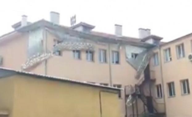 Санирано училище в центъра на Пловдив започна да се руши.