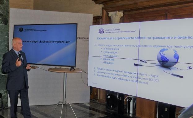 Снимка: А.Темелков, председател на ДАЕУ: Вече ще достъпваме услугите на администрацията и през мобилен телефон