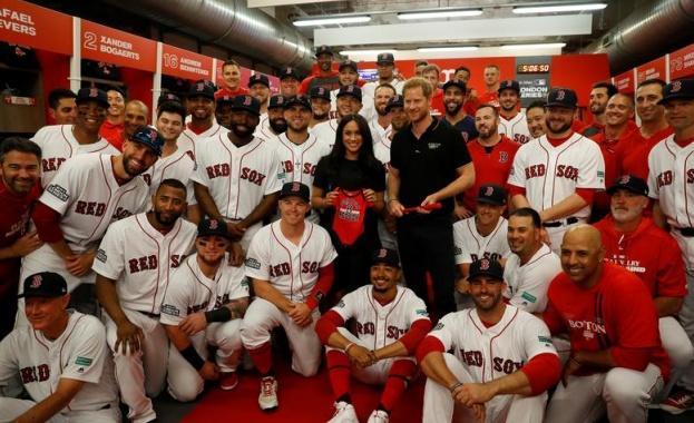 Снимка: Бейзболни отбори подариха бебешки екипи на Хари и Меган