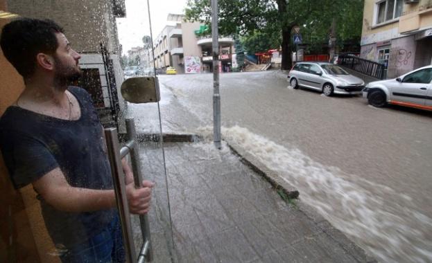 Магазини в центъра на Велико Търново се озовават под вода