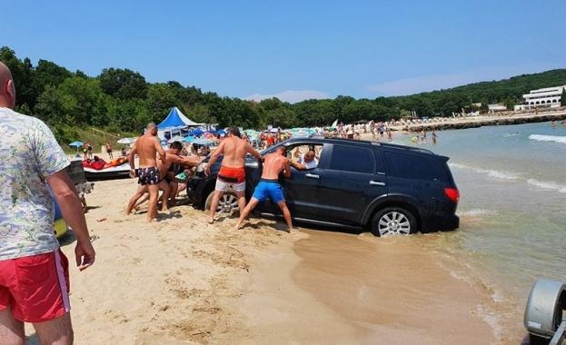 Джип затъна в пясъка на плажа