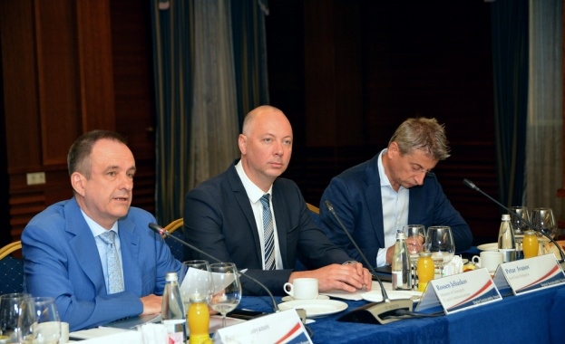 Създаването на Консултативен съвет между правителството, индустрията и експерти от