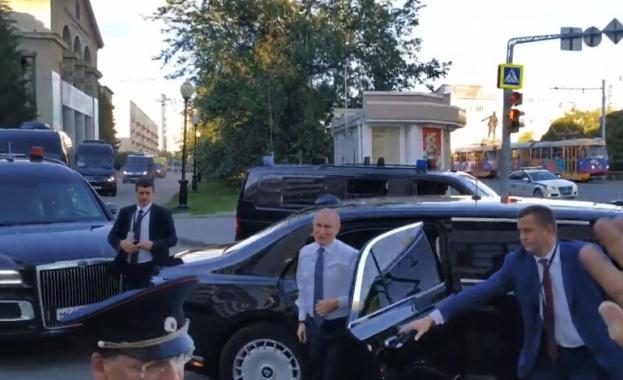 Путин слиса охраната си, спря кортежа и слезе при хората