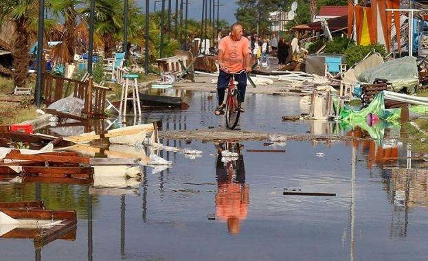 Мощна буря удари Истанбул и предизвика мащабни наводнения, съобщават АФП