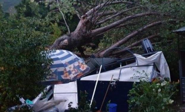 Извънредно положение в Гърция, 6-ма туристи са загинали при бури в Халкидики (обновена)