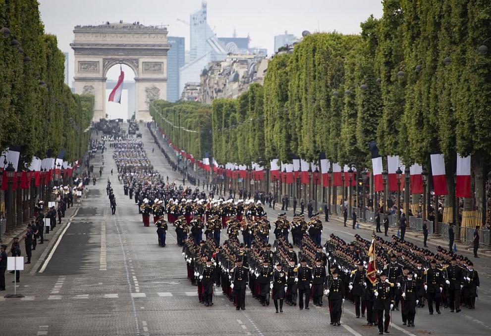 Впечатляващ военен парад в Париж - летящи войници, роботи и дронове