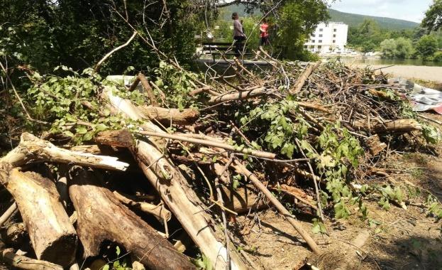 Камари с боклуци и дървета извлякоха от коритото на старозагорската