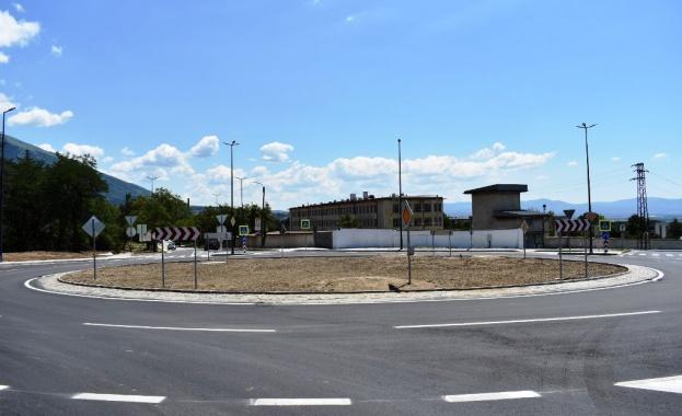 Завърши изграждането на кръговото кръстовище на Подбалканския път I-6, при