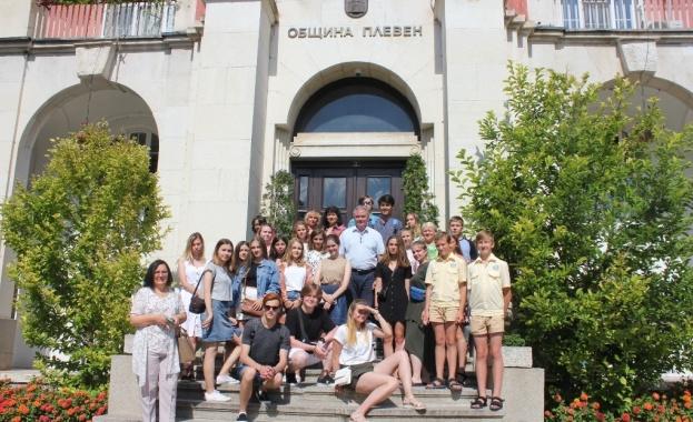 """Руски студенти от """"Мир познаний"""" гостуват в Плевен"""