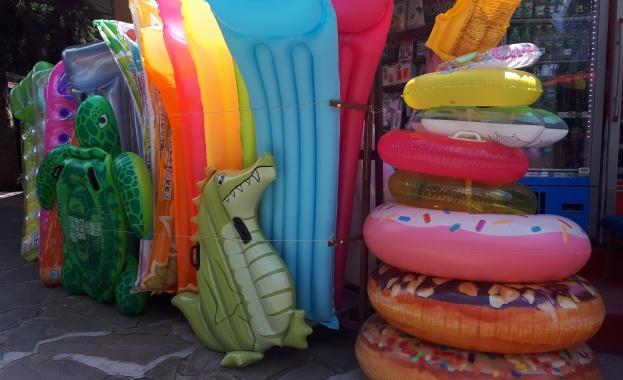 Проверките на търговци, които предлагат надуваеми артикули за плажа, са