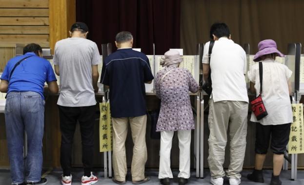 Управляващият блок на японския премиер Шиндзо Абе ще запази солидно