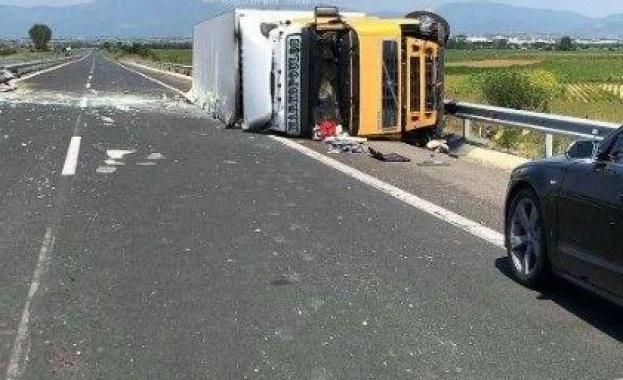 Снимка: Тежка катастрофа затвори Маказа, ТИР се обърна на шосето