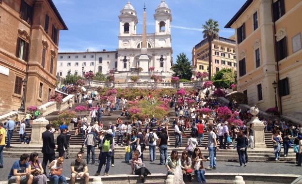 Градската управа в Рим забрани на туристите да сядат и
