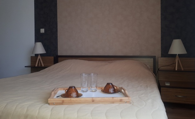 Резервацията Ви в хотела е дублирана... И какво предлагате? Момент...
