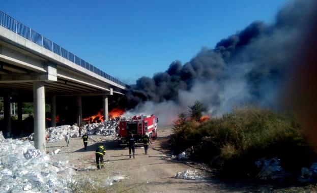 """Снимка: Собственикът на горялото депо под магистрала """"Струма"""" получи две обвинения"""