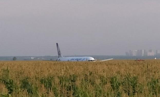 Пилотите, които спасиха стотици пътници при инцидент в Русия, се