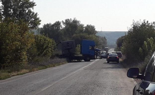 Катастрофа затруднява движението по пътя Русе-София в района на бившия