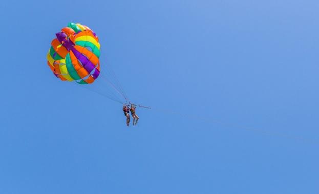 "Двама летовници, издигнати с парашут над морето на плаж ""Каваците"
