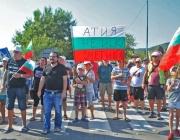 Протестиращи чакаха Ненов на 35 градуса, той ги финтира по вътрешни улици