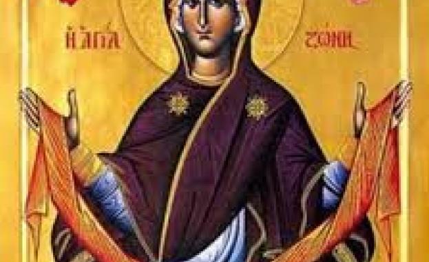 Освен дрехата на пресвета Богородица, между останалите вещи се запазил