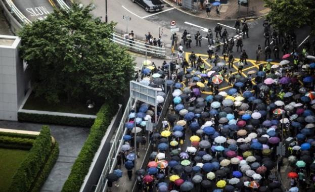 Десетки хиляди жители на Хонгконг са излезли на мирен марш