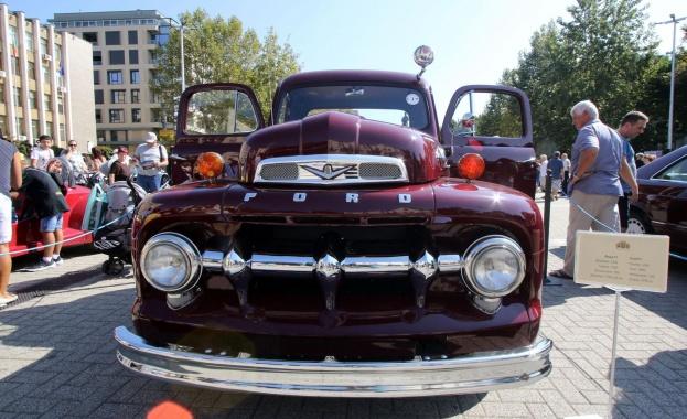 Над 50 ретро автомобили паркираха на площад