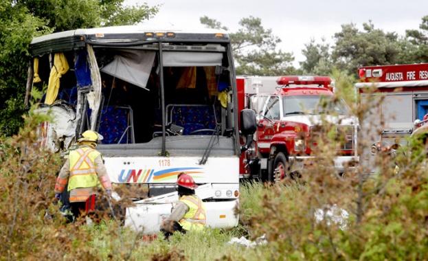 Автобус, превозващ китайски туристи, излезе от пътя и се разби