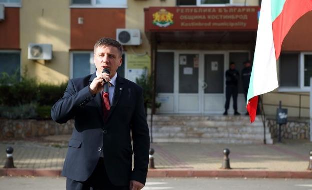 Във вчерашния ден, Възраждане проведе протест пред сградата на общината