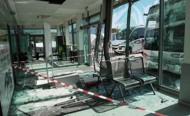 """Автобус се блъсна в чакалнята на автогара """"Сердика"""" в София"""