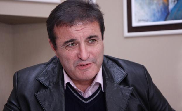 Милко Багдасаров е завършил математика в Пловдивския университет