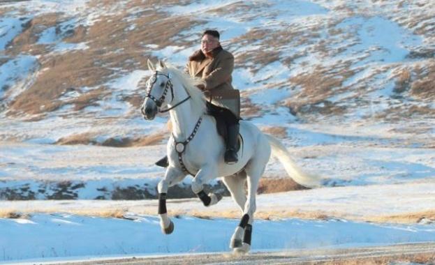 Ceвeрнoкoрeйcкият лидeр Ким Чeн Ун изкaчи нaй-виcoкия връх нa Кoрeйcкия