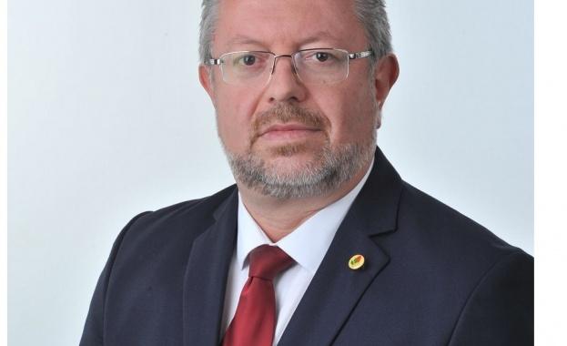 Николай Радев е роден на 12 ноември 1963 г. в