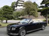 126-ият японски император провъзгласи възкачването си на трона